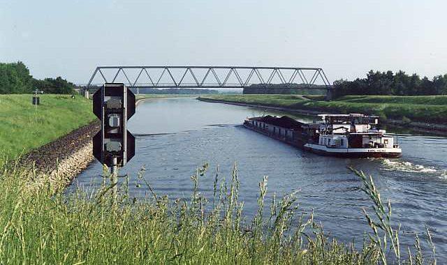 Foto vom Elbe-Seitenkanal mit einem fahrendem Schiff.