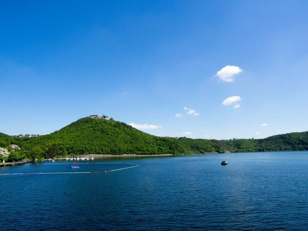 der wunderschöne edersee mit panorama an einem wolkenlosen sommertag
