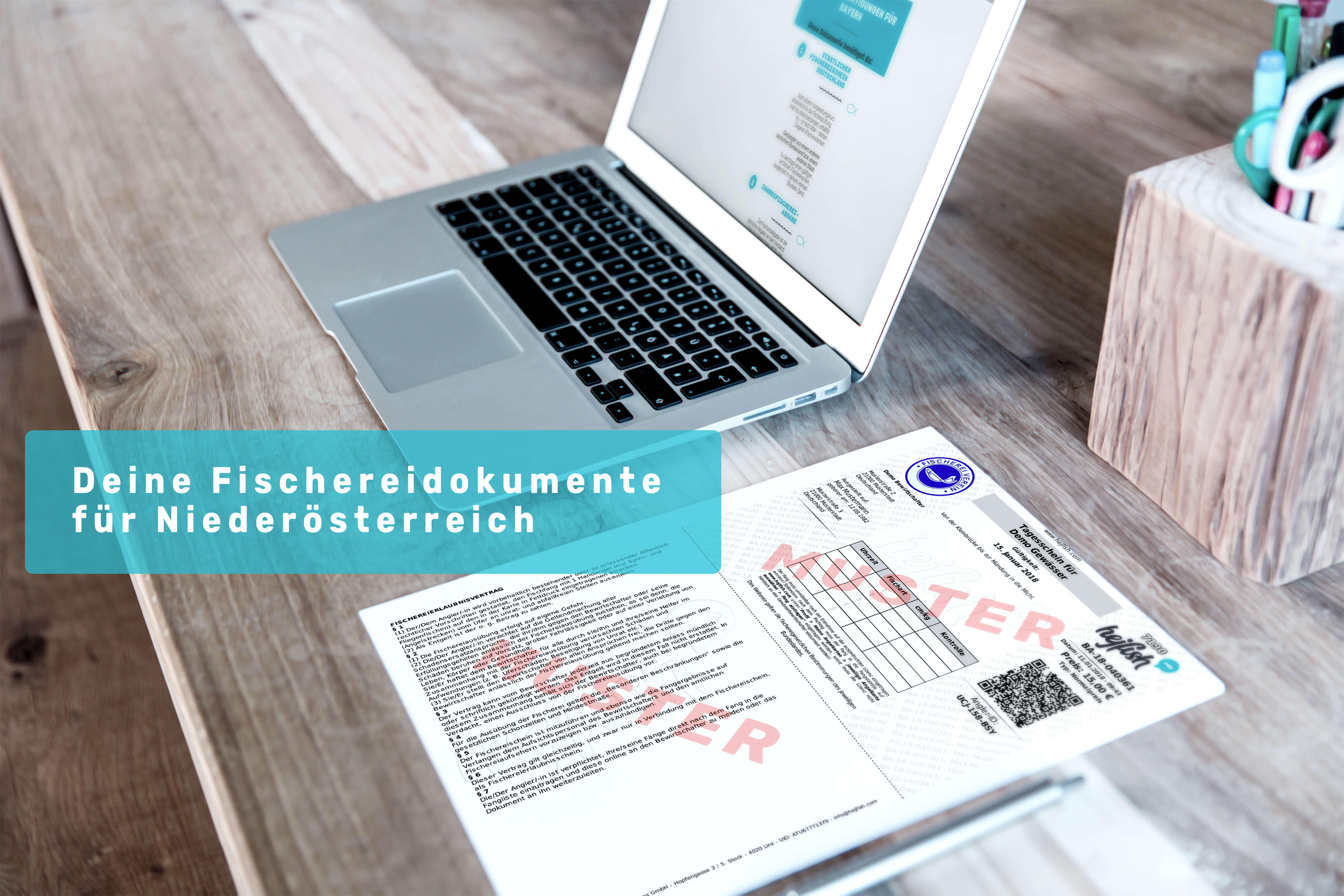 """Ein Laptop auf einem Schreibtisch mit einer Muster Angelkarte und dem Schriftzug """" Deine Fischereidokumente für Niederösterreich"""""""