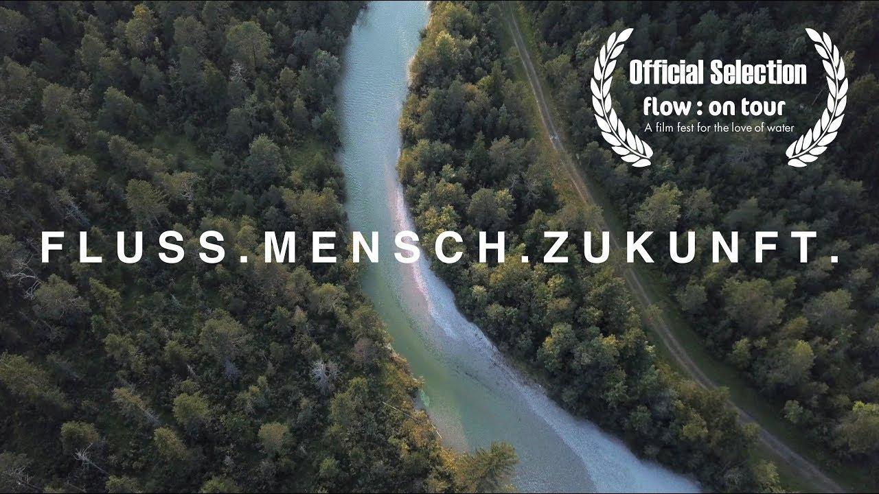 "Fluss von oben der durch Wald geht. Schriftzug ""Fluss.Mensch.Zukunft."""