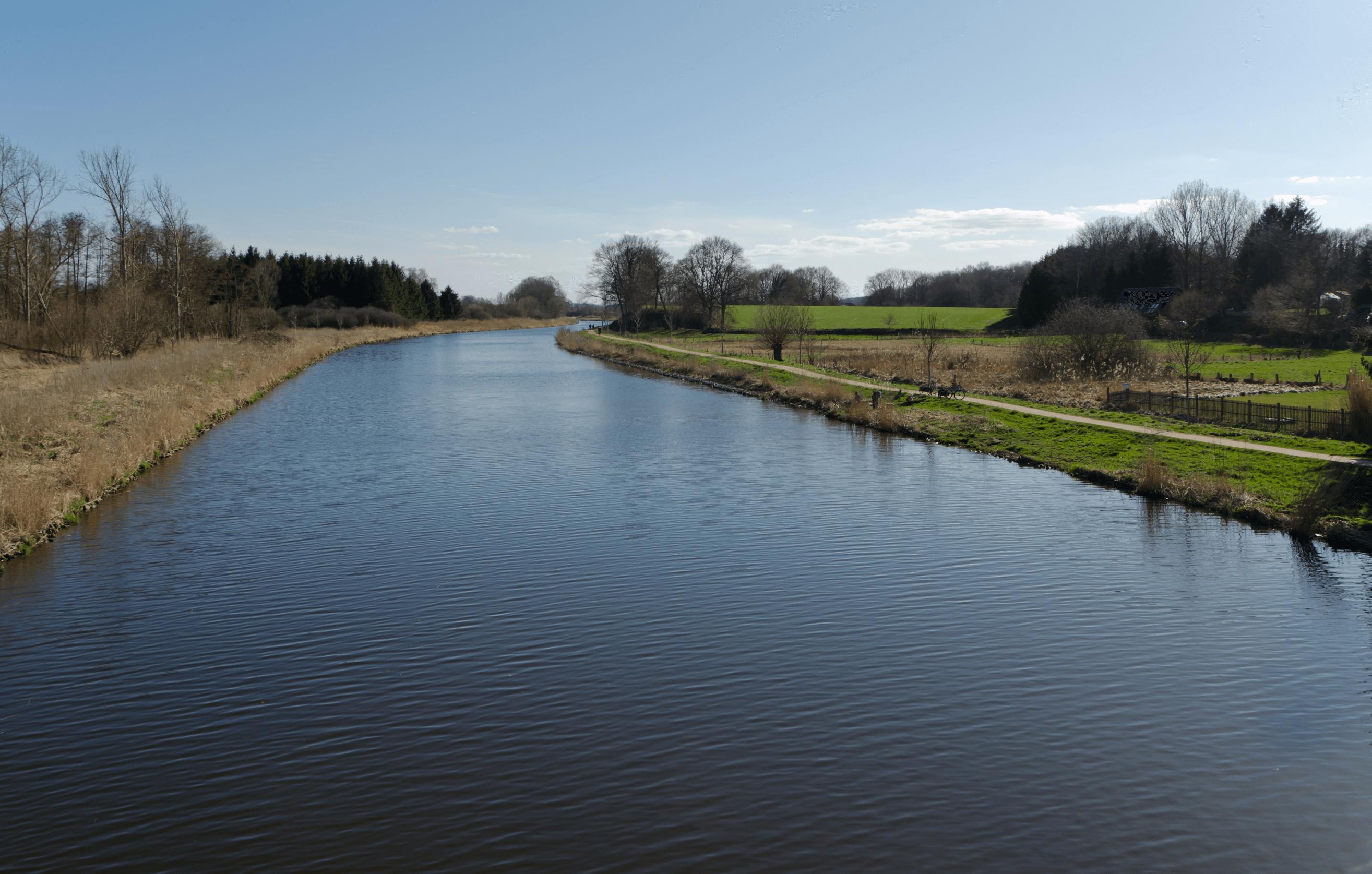 Der kanal elbe-lübeck an einem wolkenlosen Tag in der Natur.
