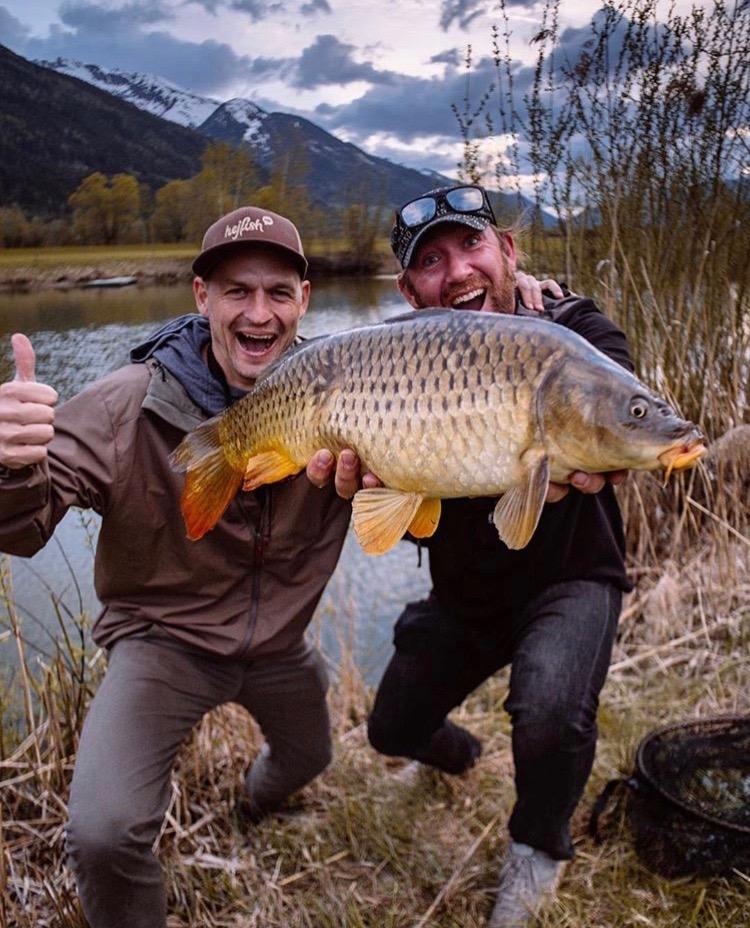 So gelingt dir das Fliegenfischen auf Karpfen Fischerhütte