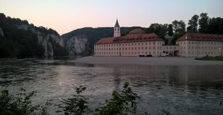 Die Donau bei Kelheim mit der Stadt im Hintergrund bei Sonnenuntergang.