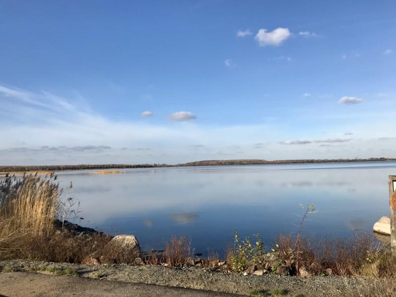 gröberner See mit strahlend blauem Himmel.
