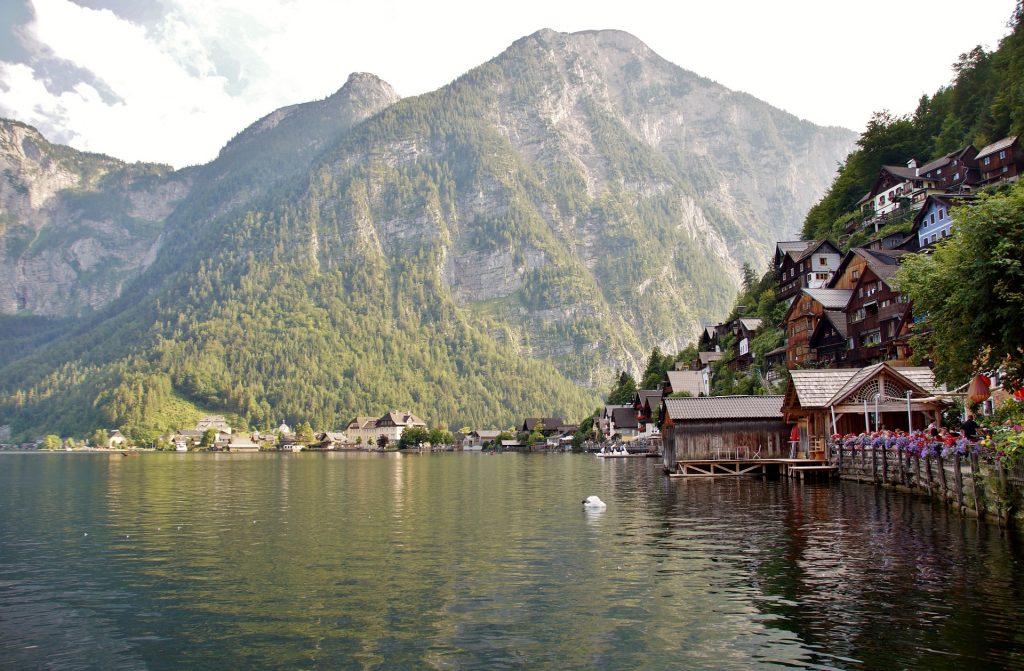 Der Hallstättersee mit Bergen und den Häusern des Dorfes.