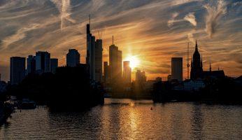 Der Main bei Frankfurt mit Sonnenuntergang und City.