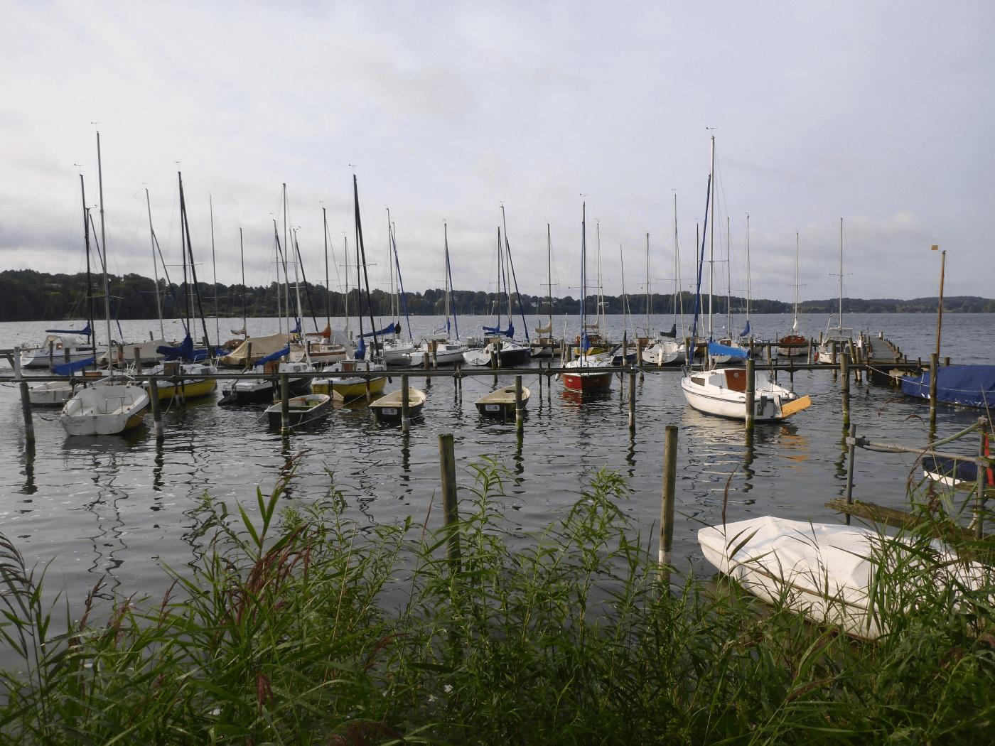 Der Großer Plönersee mit Hafen.