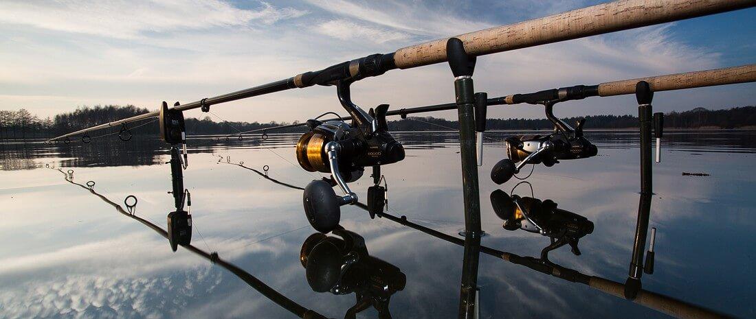 2 Angelruten ausgeworfen an einem See.