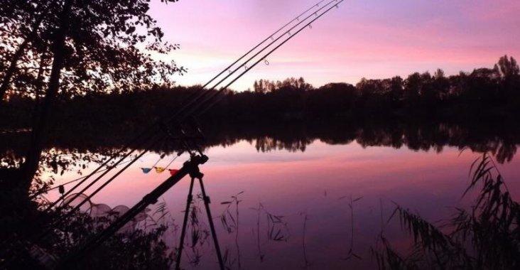 Abendrot beim Angeln an einem See.