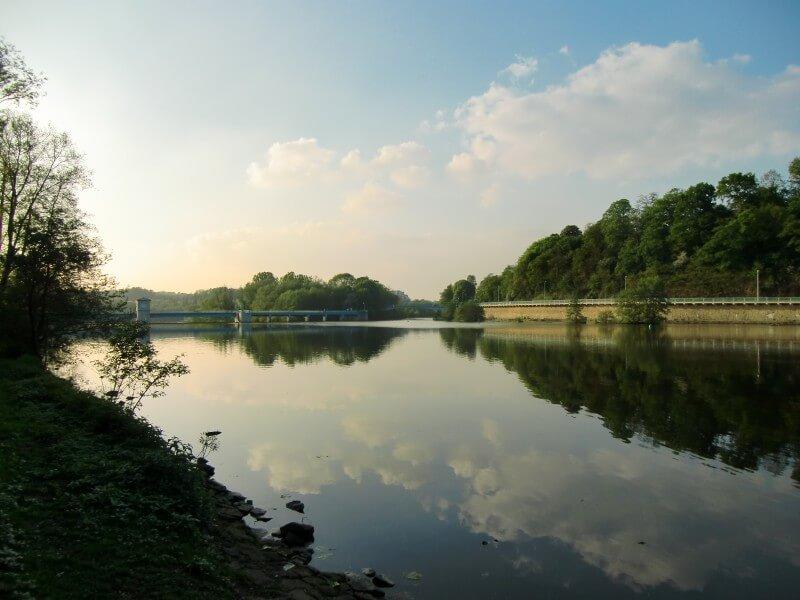 Die Untere Ruhr bei Morgenstimmung bei klarem Himmel.