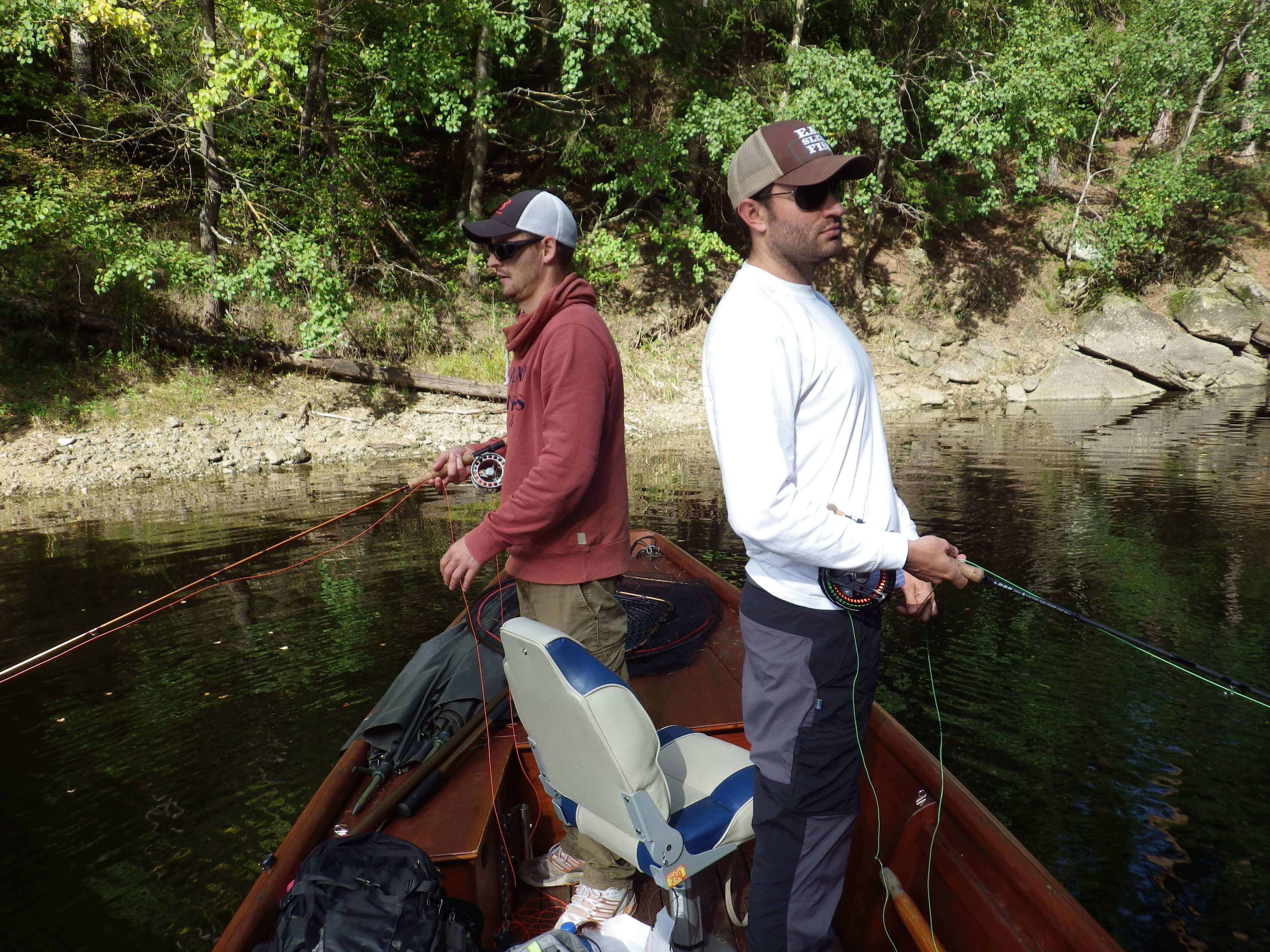 Zwei Angler auf einem Bott am angeln.