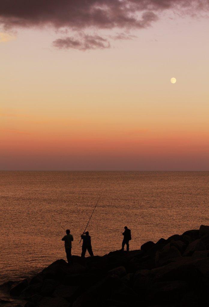 3 Angler am Strand bei Nacht