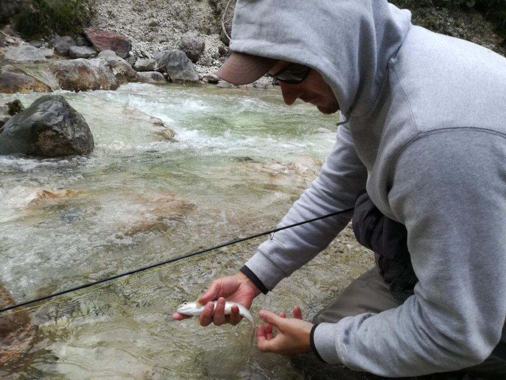 Mit Capi und Kaputzenjacke am Fluss angeln
