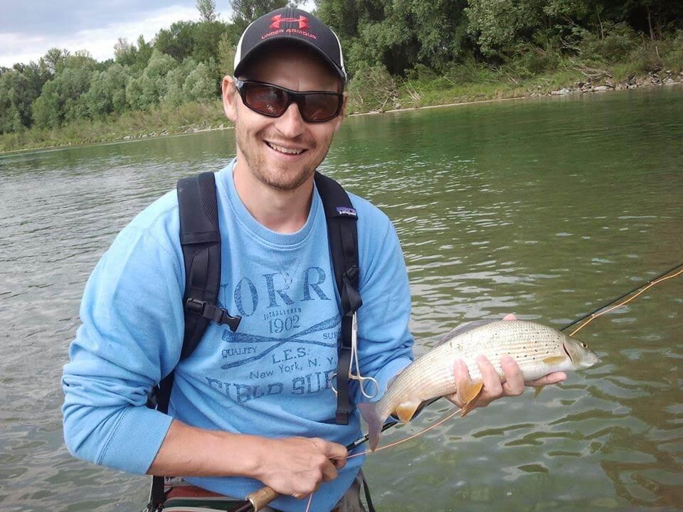 Wolfgang vom hejfish-Team angelt am Fluss auf Huchen.