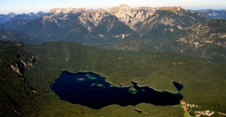 Luftansicht des Naturschutzgebietes Eibsee und Ammergauer Alpen
