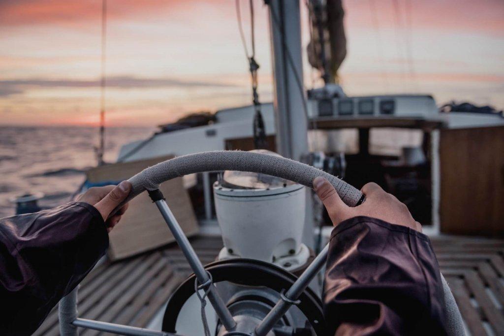 Seefahrer steuert Boot