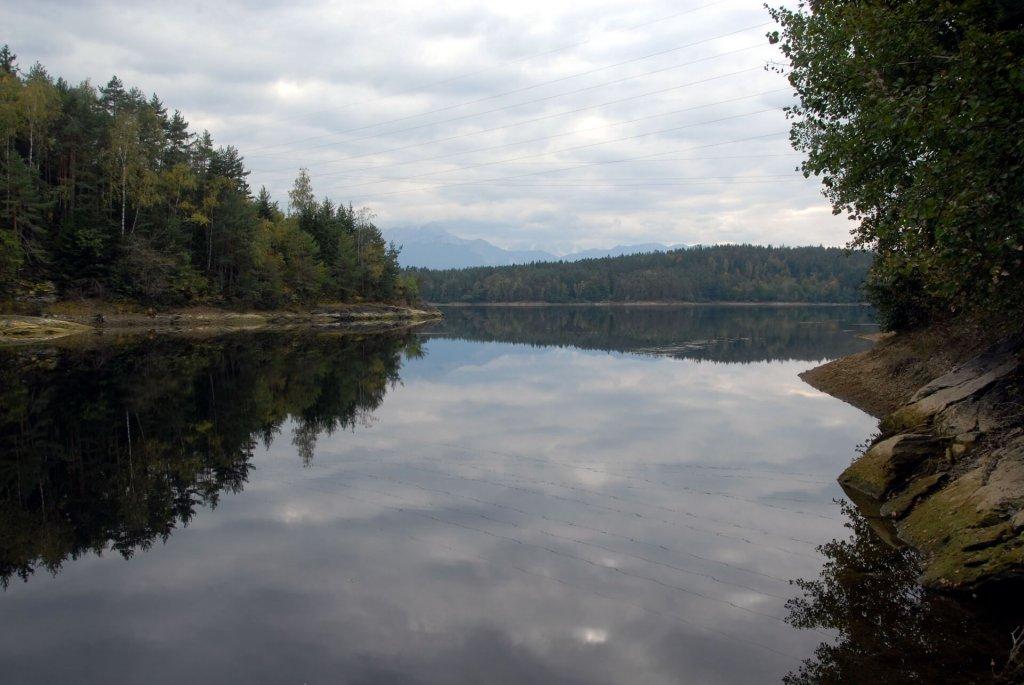 Blick auf den Forstsee von einer Bucht aus.