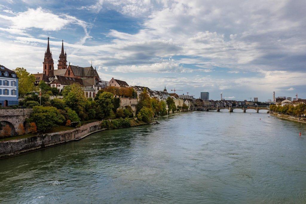 Rhein mit Blick auf die Stadt Basel