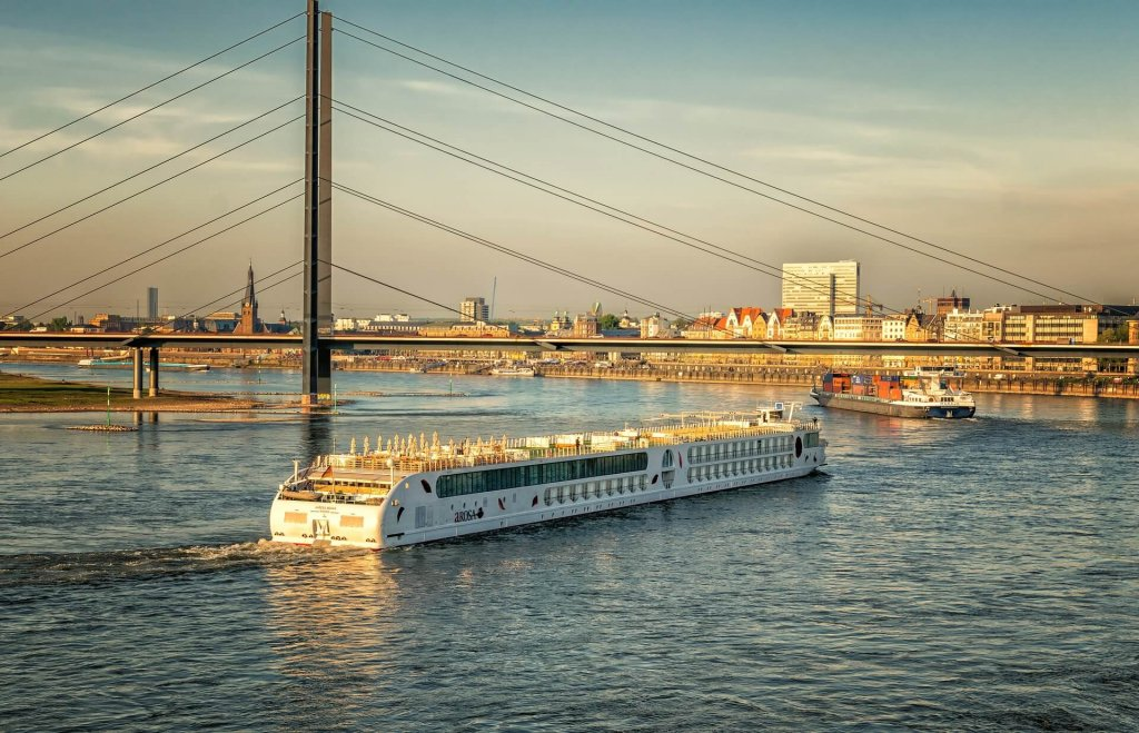 Rhein mit Blick auf Düsseldorf, Brücke und Schiffen.