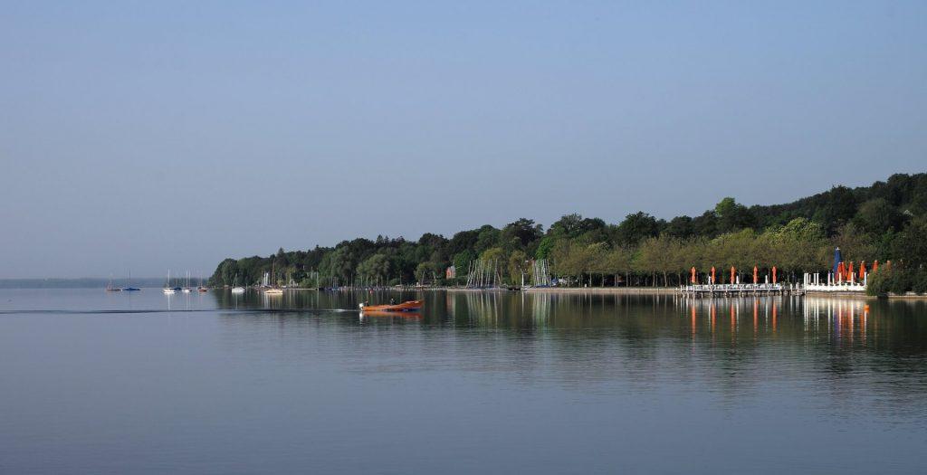 Blick auf einen Bootsverleih am Starnberger See