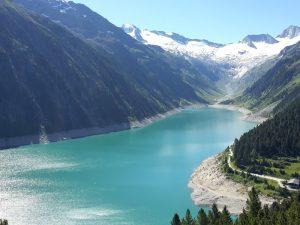 Luftbild vom Schlegeis Stausee mit Blick auf die umliegenden Berge.