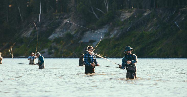 Angler vom Angelverein beim gemeinsamen Fliegenfischen im Fluss