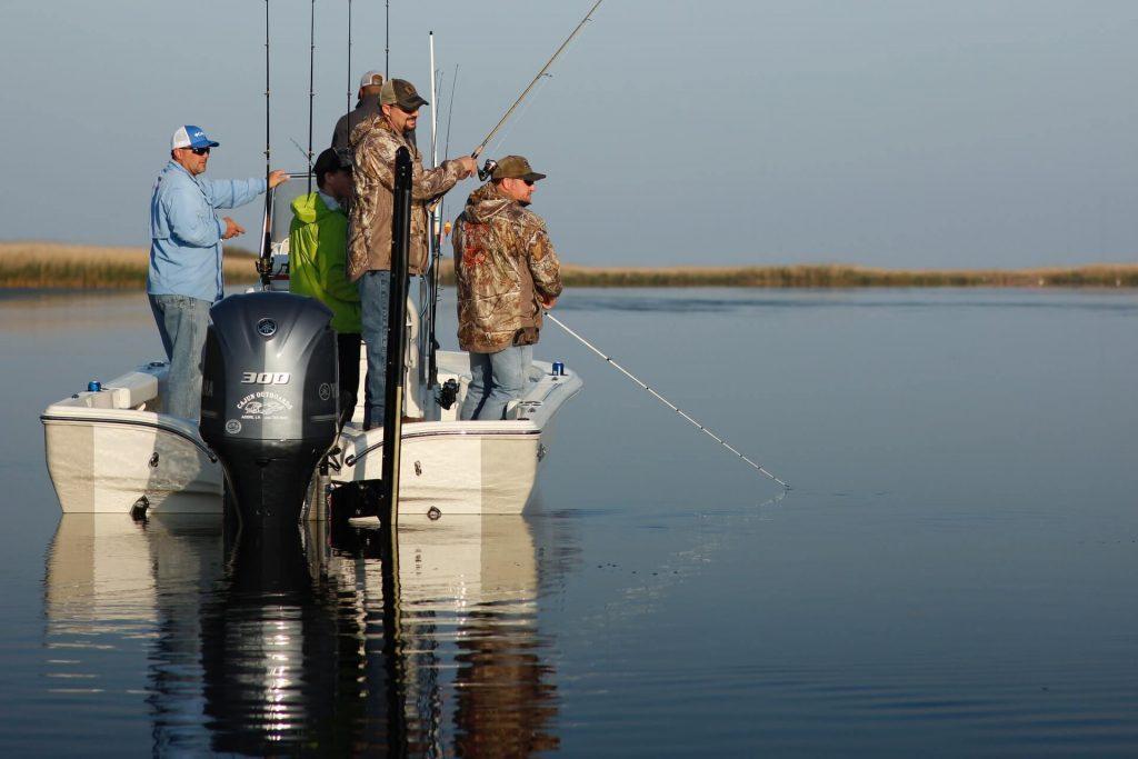 Gruppe von Vereinsanglern angelt vom Boot