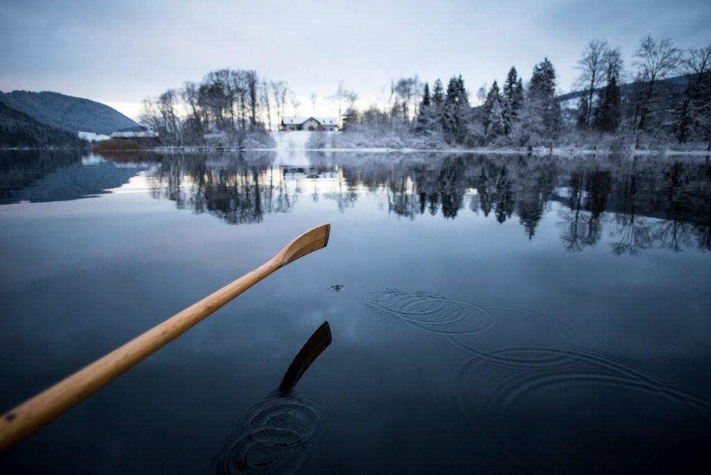 Angeln mit dem Boot im Winter um an die tiefen Stellen zu kommen