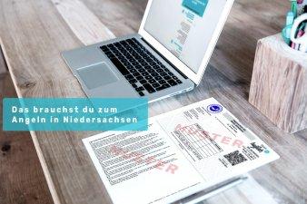Laptop und Schreibtisch mit Schriftzug