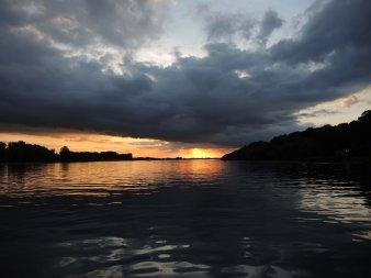 Ein Sonnenuntergang in Wolken an der Elbe.