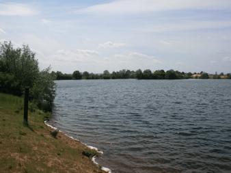 Der Große Kiesbaggersee an einem schönem Tag.