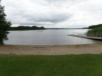 Das Ufer vom westensee an einem bewölkten Tag.