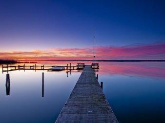 Schöner Abendhimmel über dem spiegelglattem Steinhuder Meer