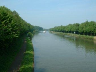 Der Mittellandkanal Lübbeck umgeben von Bäumen.